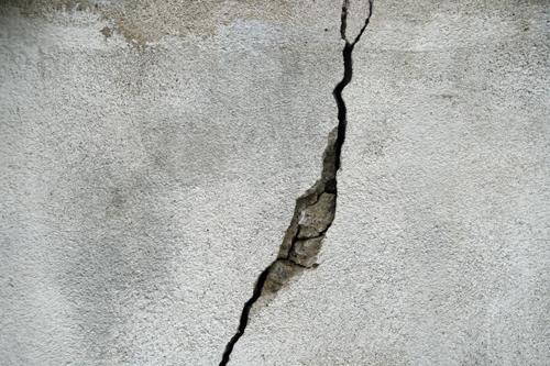 Трещина на поверхности железобетонной конструкции