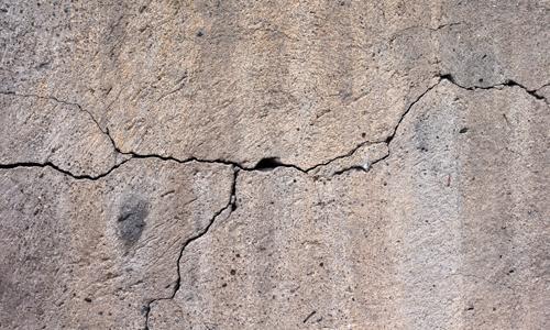Трещина на железобетонной конструкции