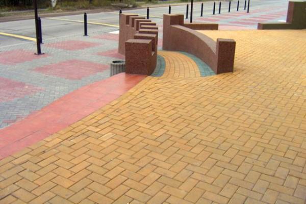Парковая зона, вымощенная плиткой Кирпичик